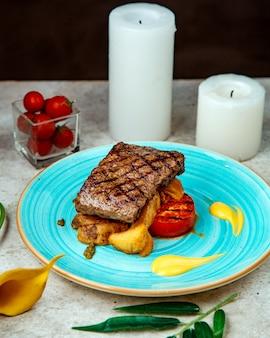 Pedaço frito de batatas de carne e tomate frito