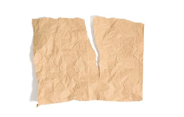 Pedaço rasgado de papel kraft marrom isolado no fundo branco, close-up