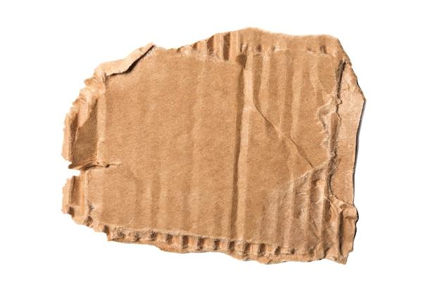 Pedaço rasgado de papelão ondulado marrom isolado no fundo branco.