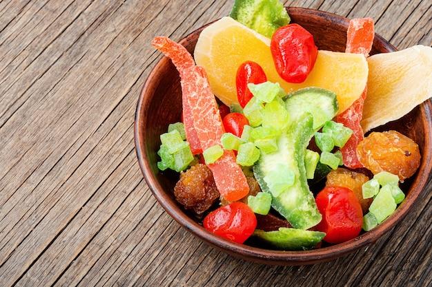 Pedaços coloridos de frutas secas