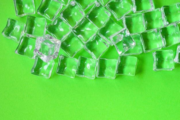 Pedaços de acrílico transparente de gelo artificial não muito frios