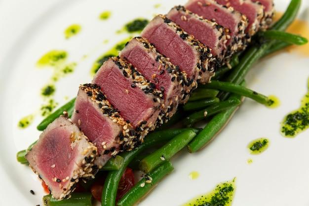Pedaços de atum vermelho em um prato. comida saudável apetitosa. fechar-se.