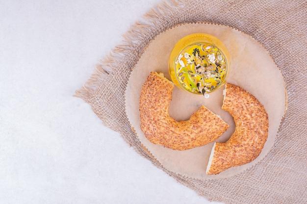 Pedaços de bagel com um copo de limonada