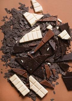Pedaços de barra de chocolate no pano de fundo marrom