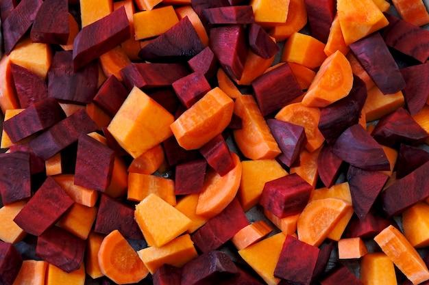 Pedaços de beterraba, cenoura e abóbora crus antes de assar.