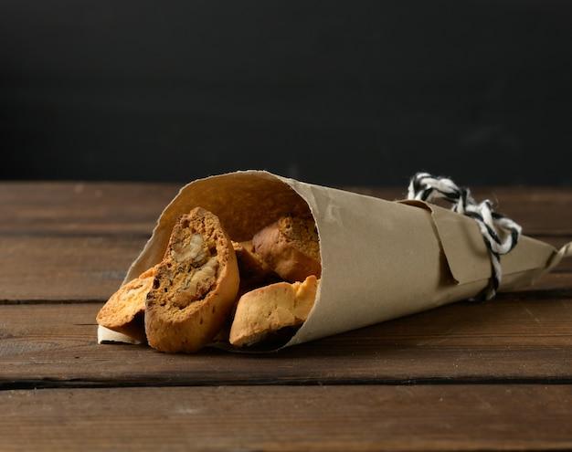 Pedaços de biscoitos biscotti de natal italianos assados, fundo de madeira
