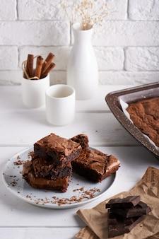 Pedaços de bolo brownie servido em uma mesa branca bolo de chocolate