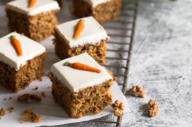 Pedaços de bolo de cenoura com nozes em um prato