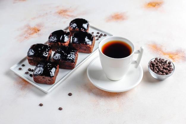 Pedaços de bolo de chocolate com calda de chocolate e com frutas, bagas.