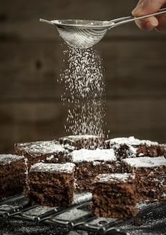 Pedaços de bolo de chocolate polvilhados com açúcar de confeiteiro