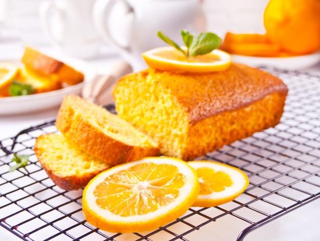 Pedaços de bolo de limão fatiado caseiro fresco na assadeira