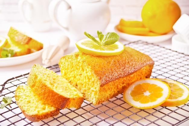 Pedaços de bolo de limão fatiado caseiro fresco na assadeira.