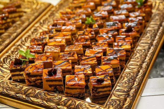 Pedaços de bolo fatiados em catering para eventos.