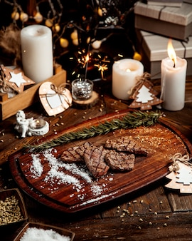 Pedaços de carne assada com sal