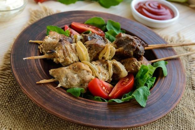 Pedaços de carne com cebola no espeto