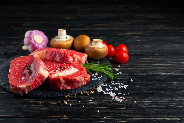 Pedaços de carne crua suculenta com alecrim