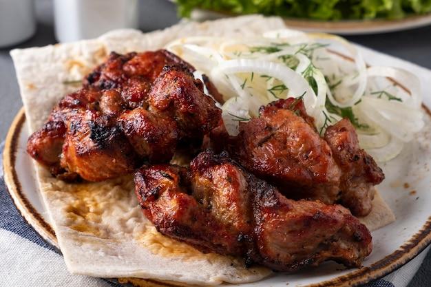 Pedaços de carne de porco para churrasco em um prato