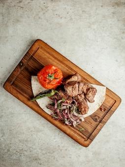 Pedaços de carne frita com legumes