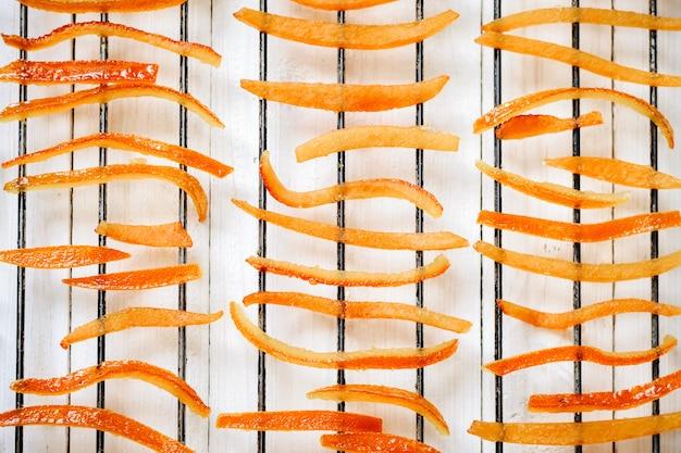 Pedaços de casca de laranja secada em uma grelha