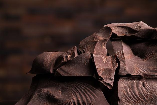 Pedaços de chocolate amargo, comida doce para a sobremesa