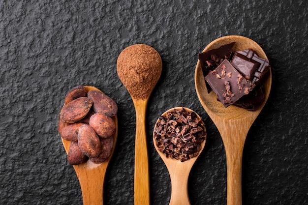 Pedaços de chocolate amargo triturados e cacau, vista superior
