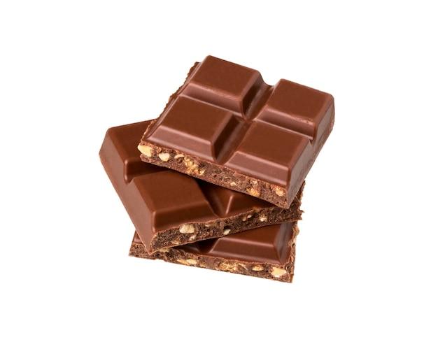 Pedaços de chocolate ao leite com nozes isoladas no fundo branco. barras de chocolate uma em cima da outra.