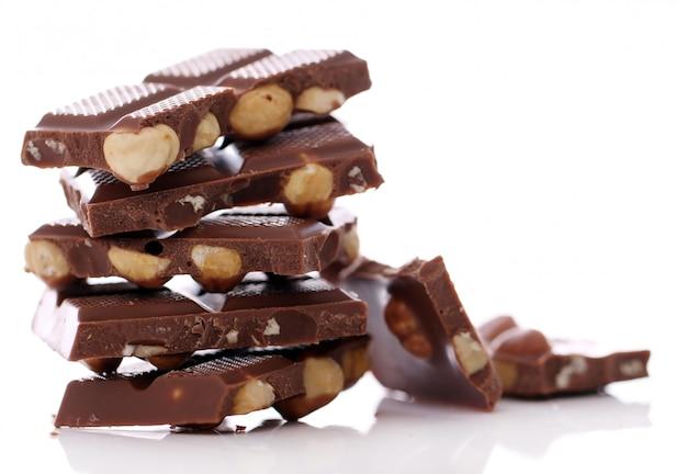 Pedaços de chocolate ao leite com nozes