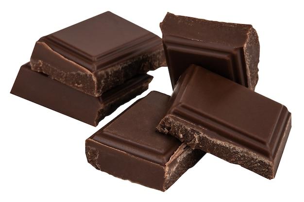 Pedaços de chocolate ao leite isolados no branco.