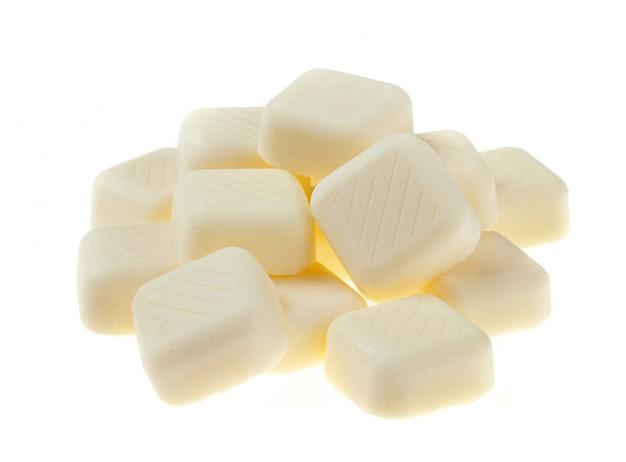 Pedaços de chocolate branco isolados no fundo branco