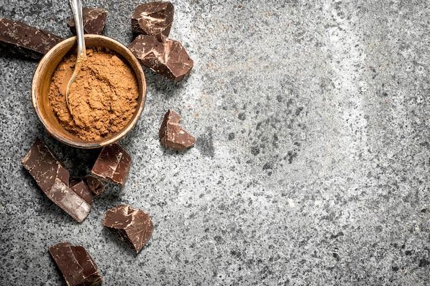 Pedaços de chocolate com cacau em pó