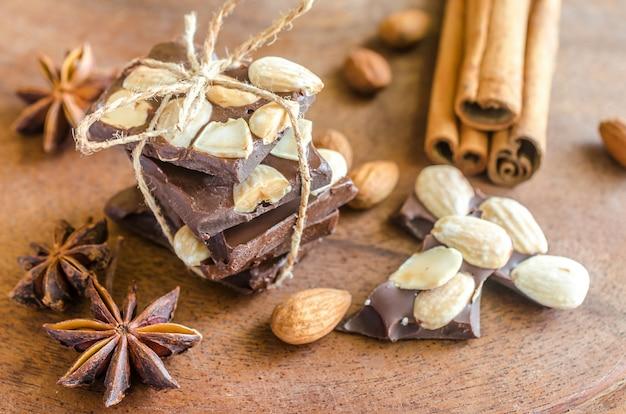 Pedaços de chocolate com especiarias, canela e anis