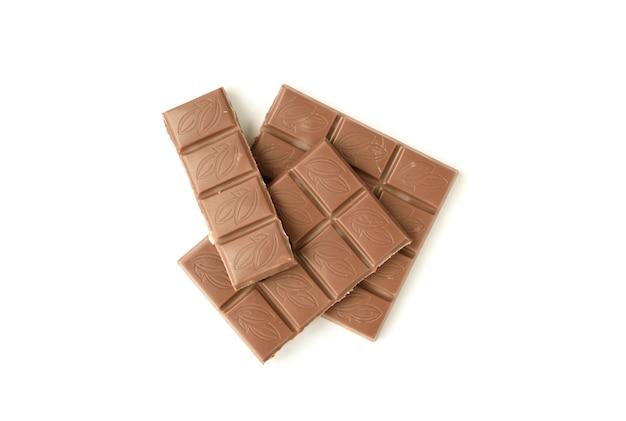 Pedaços de chocolate de leite isolados no branco