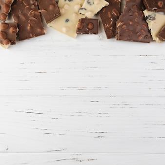 Pedaços de chocolate de vista superior