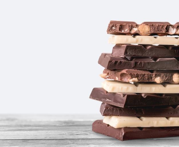 Pedaços de chocolate delicioso no fundo