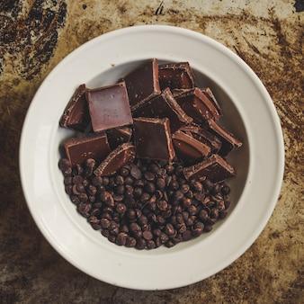 Pedaços de chocolate e pedaços de chocolate