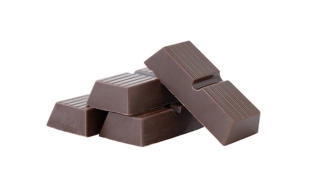 Pedaços de chocolate isolados em fundo branco