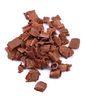 Pedaços de chocolate isolados no fundo branco