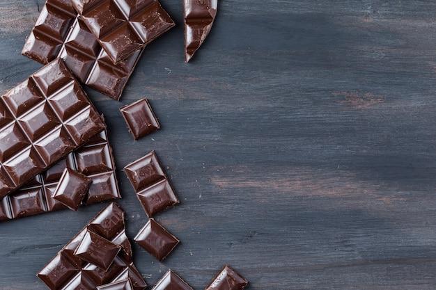 Pedaços de chocolate na mesa de madeira