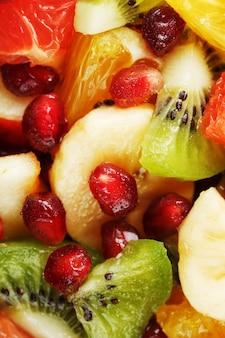 Pedaços de close-up de frutas raznfh em tela inteira, salada de frutas. fatias de frutas frescas e saudáveis para uma alimentação saudável.