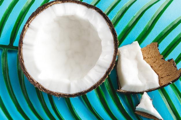 Pedaços de coco danificado com casca close-up