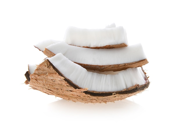Pedaços de coco isolados em um fundo branco