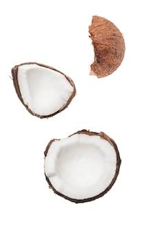 Pedaços de coco maduro isolados