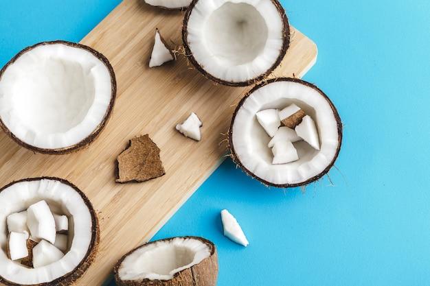 Pedaços de coco na placa de madeira em azul