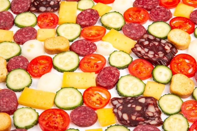Pedaços de comida fatiados para cozinhar salada e pizza