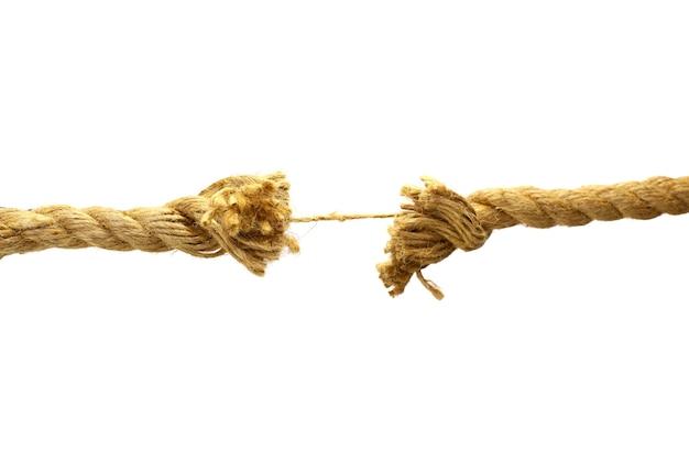 Pedaços de corda com nó em um fundo branco