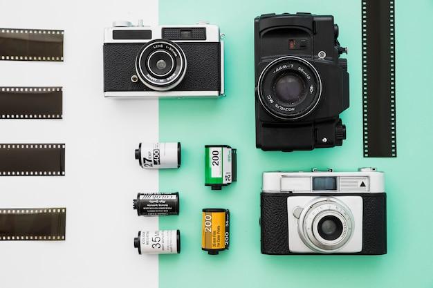 Pedaços de filme perto de câmeras e cartuchos