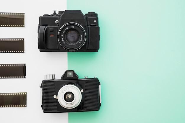 Pedaços de filme perto de câmeras vintage