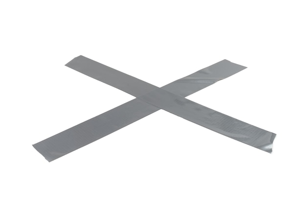Pedaços de fita adesiva de prata isolados no fundo branco. vista do topo.