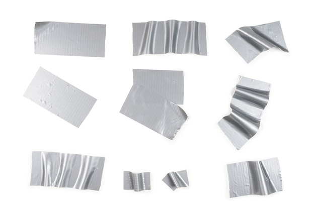 Pedaços de fita adesiva de prata isolados no fundo branco.