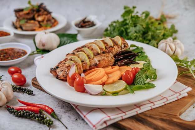 Pedaços de frango grelhado com tomate, cenoura, pimentão frito, cebola roxa, pepino e hortelã.